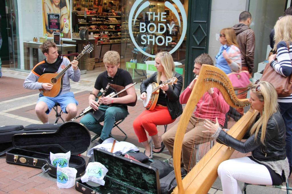 Folk groepje in Grafton Street, Dublin