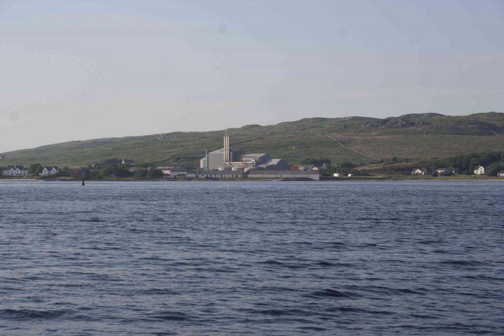 Port Ellen distillery, met de Maltings factory van Diageo erachter...