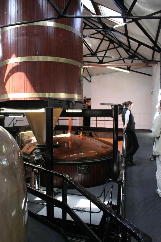 De mash tun en de grist bin, waar de low wines gemaakt worden