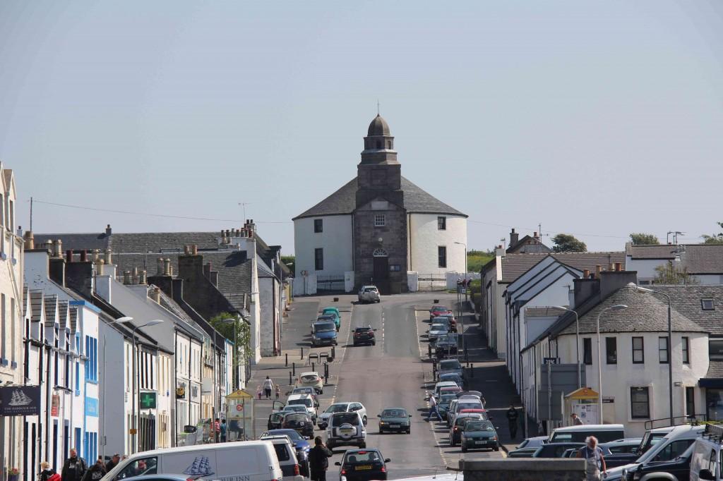 De ronde kerk van Bowmore, speciaal zonder hoeken zodat de duivel zich niet kan verbergen...